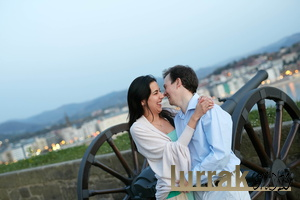 Couple-Laughs-Photoshoot-San-Sebastian