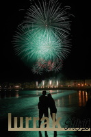 Couple-Seashore-Fireworks-Donostia
